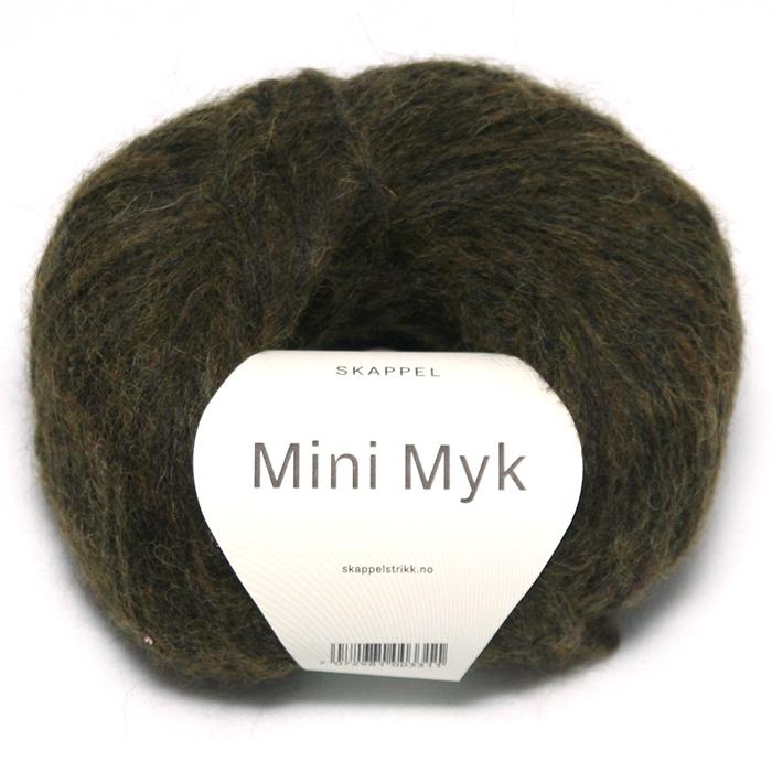 Bildet viser alpakka garnet Mini myk fra Skappel i strikkekolleksjonen i samarbeid med Tone Damlie. Bildet har en hvit banderole rundt som er midtstilt. Nøstet er fotografert rett forfra. Her i fargen 407 skogsgrønn.