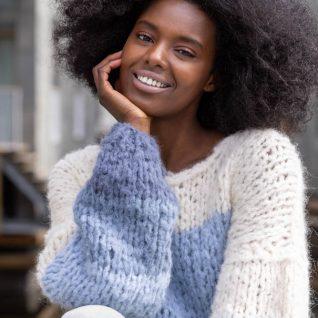 Strikkepakken inneholder mønster og garn fra Camilla Pihl til Kari genser strikket i Fnugg garn.