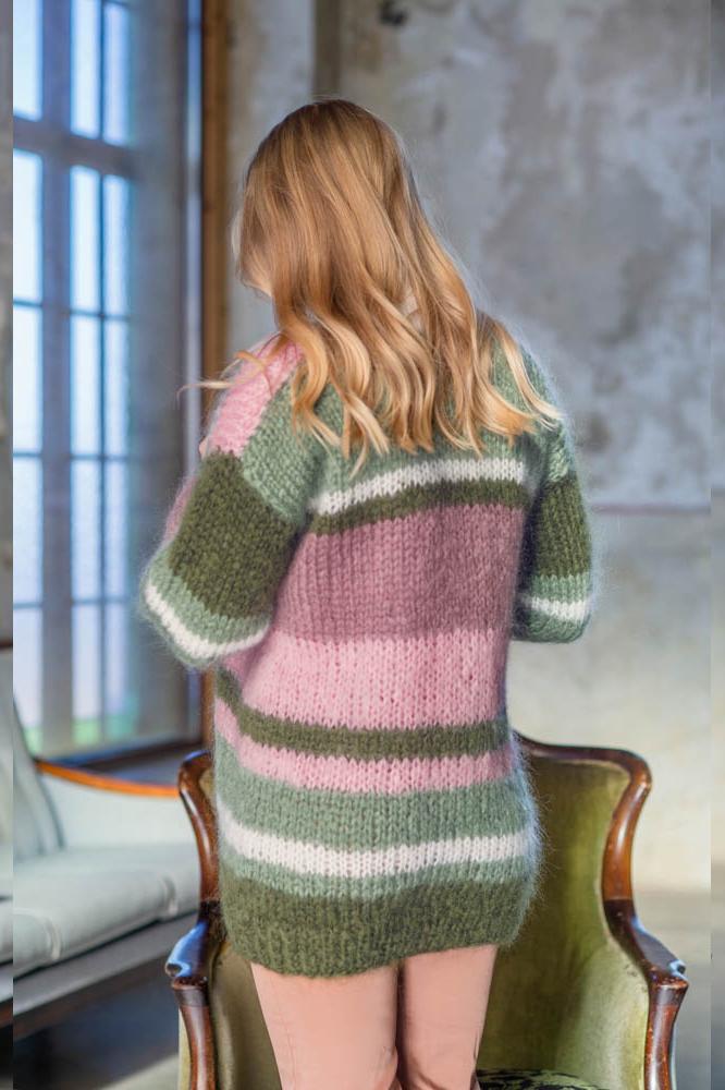 Strikkepakken inneholder mønster og garn fra Dalegarn til Pahsian cardigan som strikkes i Myk Påfugl. Her i rosa og grønne toner. Her ser vi modellen bakfra.