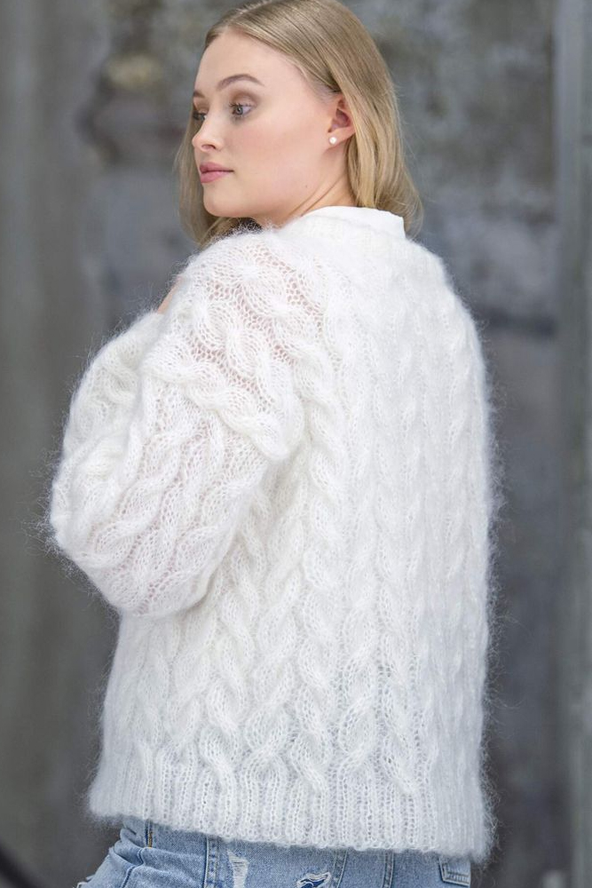 Strikkepakken inneholder mønster og garn fra Dalegarn til Melanita genseren som strikkes i Myk Påfugl. Ser genseren bakfra.