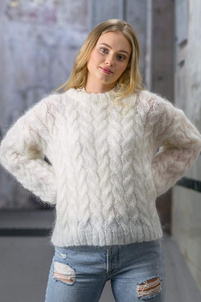 Strikkepakken inneholder mønster og garn fra Dalegarn til Melanita genseren som strikkes i Myk Påfugl.