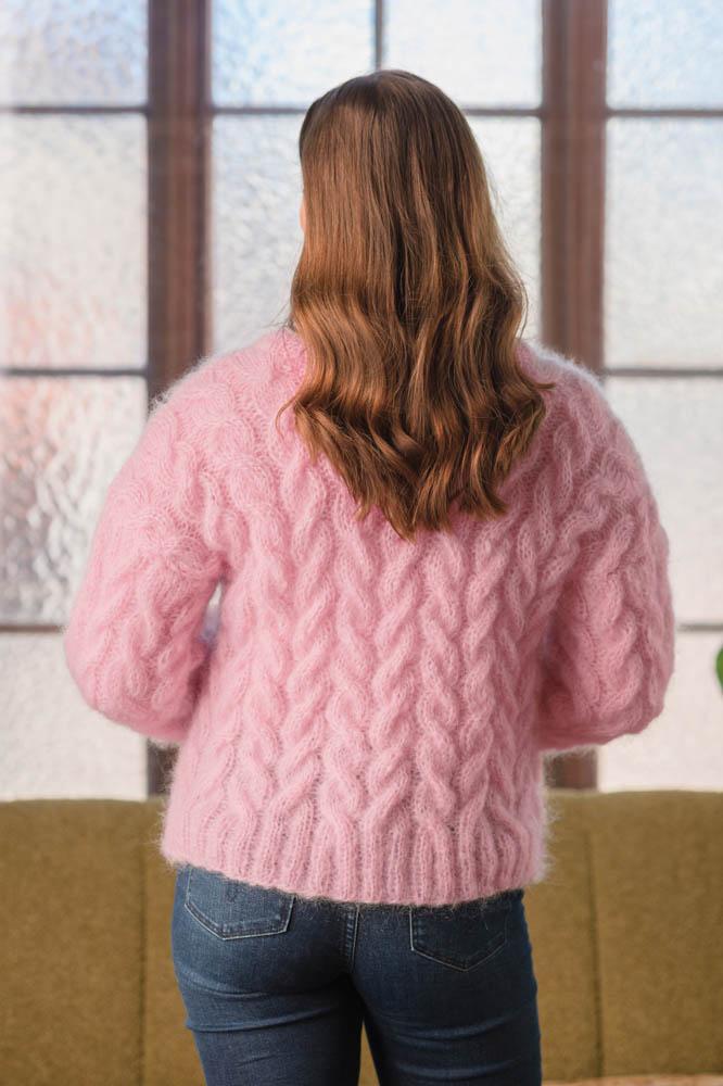 Strikkepakken inneholder mønster og garn fra Dalegarn til Melanita genseren som strikkes i Myk Påfugl. Her i fargen rosa. Vi ser ryggen på genseren.
