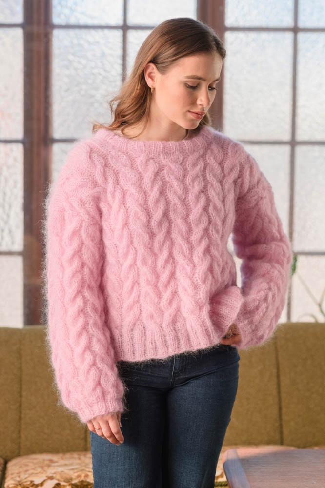 Strikkepakken inneholder mønster og garn fra Dalegarn til Melanita genseren som strikkes i Myk Påfugl. Her i fargen rosa.