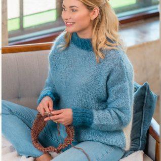 Strikkepakken inneholder mønster og garn fra Dalegarn til Ardea genser som strikkes i Myk Påfugl. Her i fargen denimvarianter.