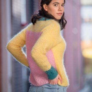 Strikkepakken inneholder mønster og garn fra Dalegarn til Tringa genser som strikkes i Myk Påfugl. Her i fargen gul, rosa og sjogronn. Bildet er tatt bakfra.