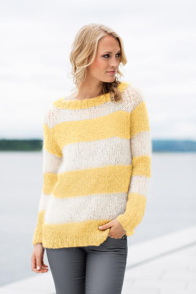 Strikkepakken inneholder mønster og garn fra Dalegarn til Acne-genser i lys gul Myk Påfugl garn.