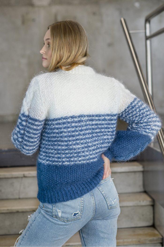 Strikkepakken inneholder mønster og garn fra House of Yarn til Poppy genser strikket i Myk Påfugl. Vi ser modellen bakfra.