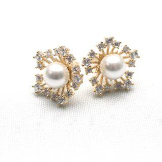 Øredobber i sølv som er gullbelagt og med perle i midten. Små blanke stener i rundt.