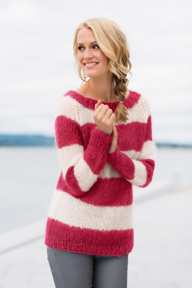 Strikkepakken inneholder mønster og garn fra Dalegarn til Acne-genser i bringebær Myk Påfugl garn.