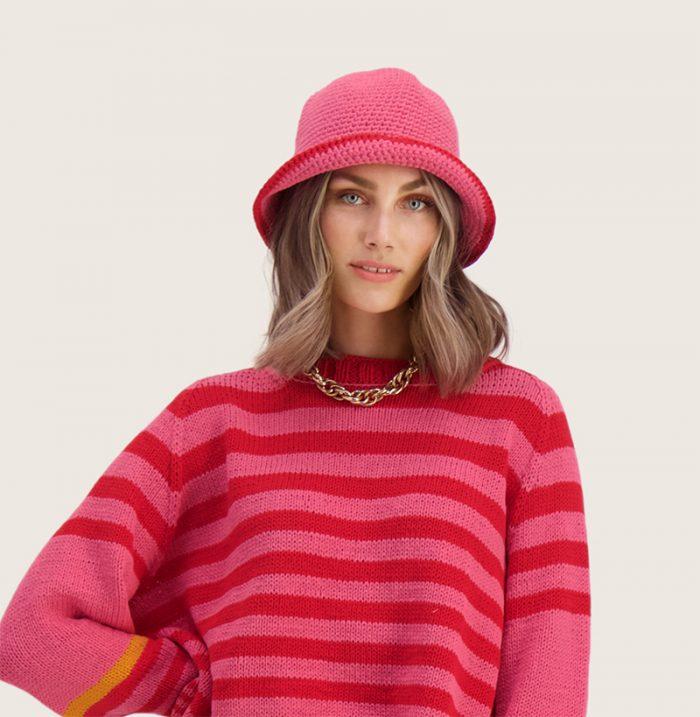 Strikkepakken inneholder mønster og garn til Ida heklet hatt fra Ida Broen og Skappel . Designet i bomullsgarnet Frisk. Her i fargen mørk rosa og rød.