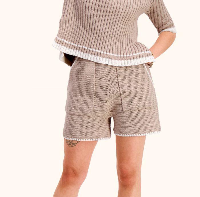 Strikkepakken inneholder mønster og garn til Nord shorts fra Skappelstrikk og Ida Broen. Designet i bomullsgarnet Frisk. Her i fargen beige.