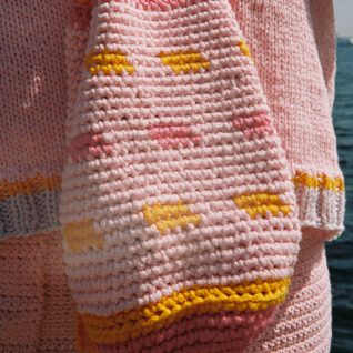 Strikkepakken inneholder mønster og garn til Fleng veske fra Skappelstrikk og Ida Broen. Designet i bomullsgarnet Frisk.