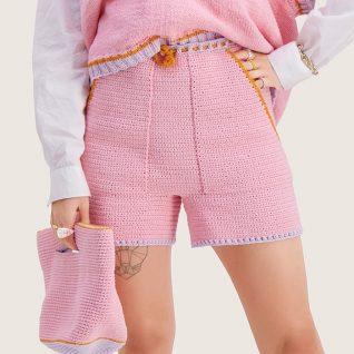 Strikkepakken inneholder mønster og garn til Nord shorts fra Skappelstrikk og Ida Broen. Designet i bomullsgarnet Frisk. Her i fargen rosa.