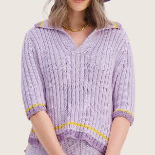 Strikkepakken inneholder mønster og garn til Syrin genser fra Skappelstrikk og Ida Broen. Designet i bomullsgarnet Frisk. Modellen er i lilla fra siden.