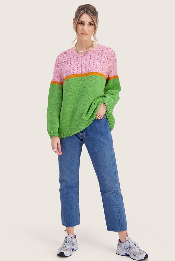 Strikkepakken inneholder mønster og garn til Bobba genser fra Skappelstrikk og Ida Broen. Designet i bomullsgarnet Frisk. Modellen er i helfigur. Holder ene hånden i linningen.