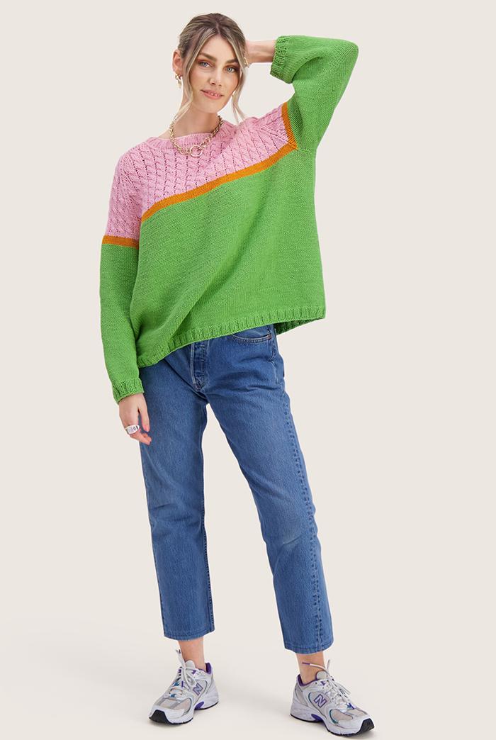 Strikkepakken inneholder mønster og garn til Bobba genser fra Skappelstrikk og Ida Broen. Designet i bomullsgarnet Frisk. Modellen er i helfigur.
