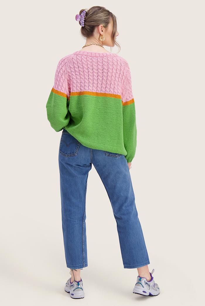 Strikkepakken inneholder mønster og garn til Bobba genser fra Skappelstrikk og Ida Broen. Designet i bomullsgarnet Frisk. Modellen er i helfigur. Vi ser henne bakfra.