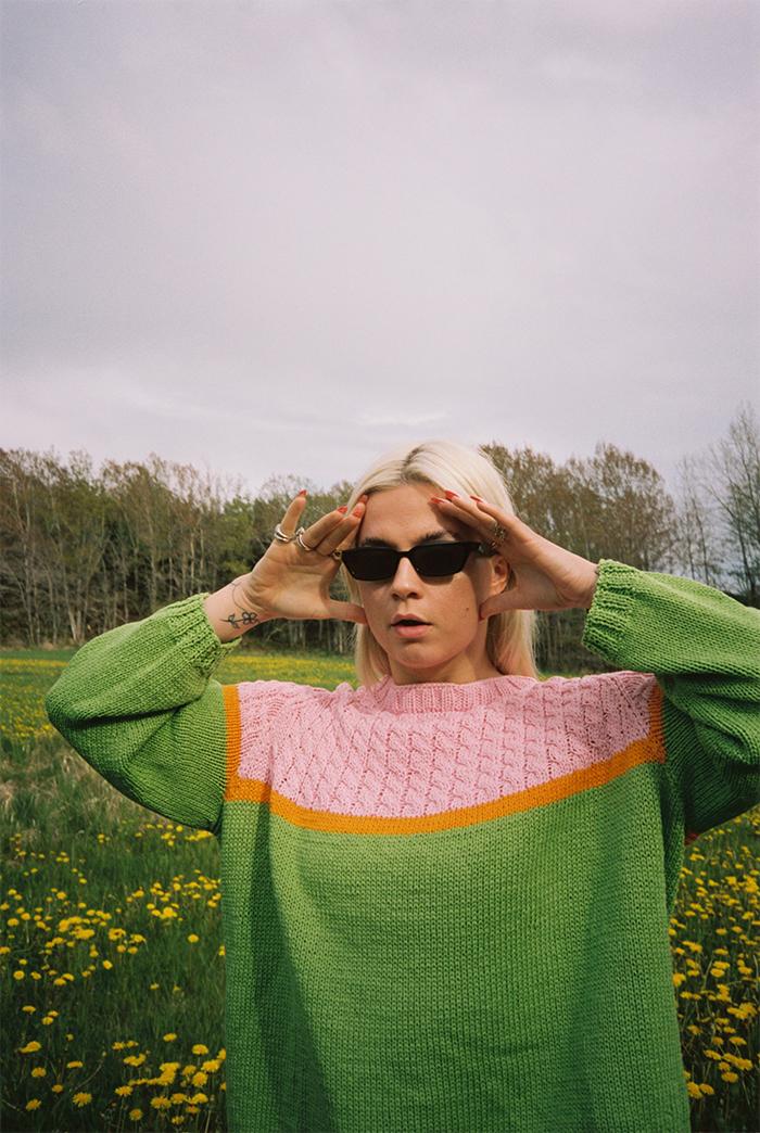 Strikkepakken inneholder mønster og garn til Bobba genser fra Skappelstrikk og Ida Broen. Designet i bomullsgarnet Frisk.