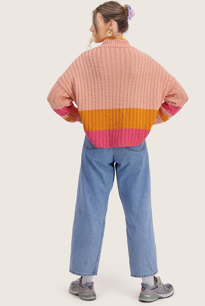 Strikkepakken inneholder mønster og garn til Mats genser fra Skappelstrikk og Ida Broen. Designet i bomullsgarnet Frisk. Rosa variant.