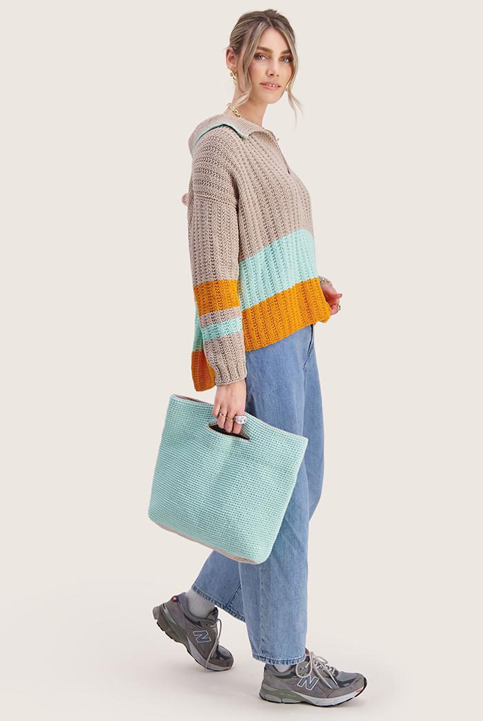 Strikkepakken inneholder mønster og garn til Mats genser fra Skappelstrikk og Ida Broen. Designet i bomullsgarnet Frisk. Modellen sidelengs.