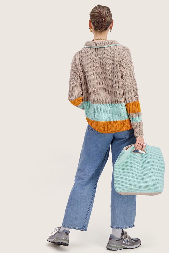 Strikkepakken inneholder mønster og garn til Mats genser fra Skappelstrikk og Ida Broen. Designet i bomullsgarnet Frisk. Vi ser bildet bakfra.