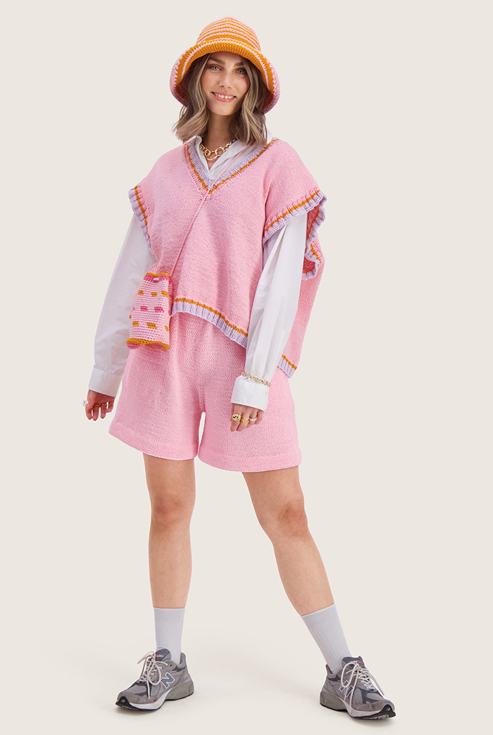 Strikkepakken inneholder mønster og garn til Sør shorts fra Skappelstrikk og Ida Broen. Designet i bomullsgarnet Frisk. På modell.