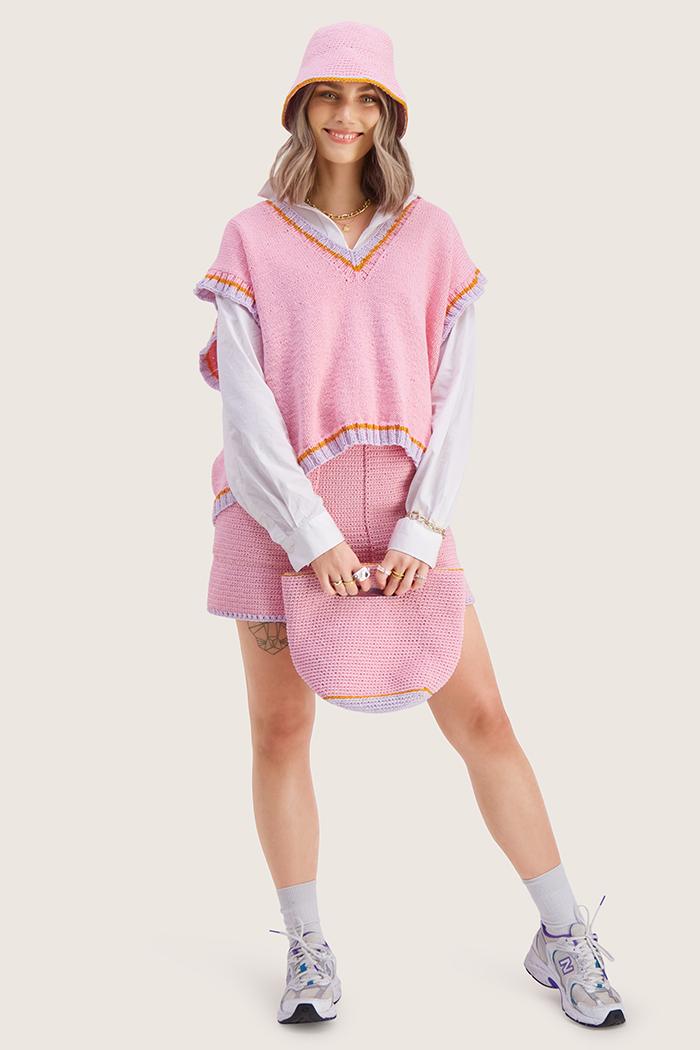 Strikkepakken inneholder mønster og garn til Stjerna vest fra Skappelstrikk og Ida Broen. Designet i bomullsgarnet Frisk. Her i fargen rosa.