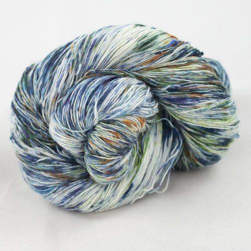 Bildet viser en hespe flerfarget Merino Single Lace fra Cowgirl blues. Her i fargen 9 to 5.