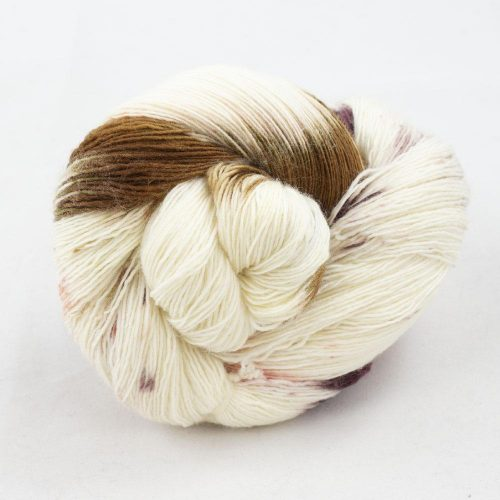 Bildet viser en hespe flerfarget Merino Single Lace fra Cowgirl blues. Her i fargen Peaches and cream..