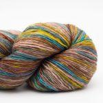 Bildet viser en hespe flerfarget Lazy Rock Yarn fra Krenke soul wool. Her i fargen Deep water.