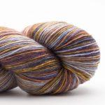 Bildet viser en hespe flerfarget Lazy Rock Yarn fra Krenke soul wool. Her i fargen Highlands.