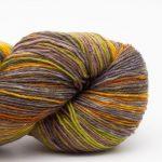 Bildet viser en hespe flerfarget Lazy Rock Yarn fra Krenke soul wool. Her i fargen Indian summer.