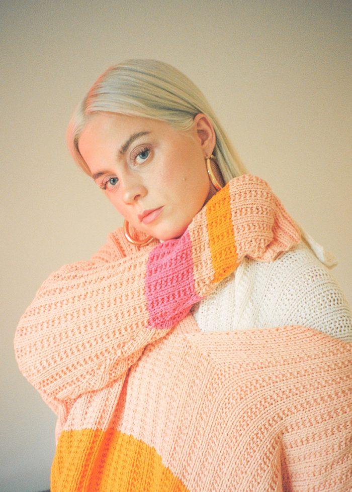 Strikkepakken inneholder mønster og garn til Mats genser fra Skappelstrikk og Ida Broen. Designet i bomullsgarnet Frisk i tre farger.