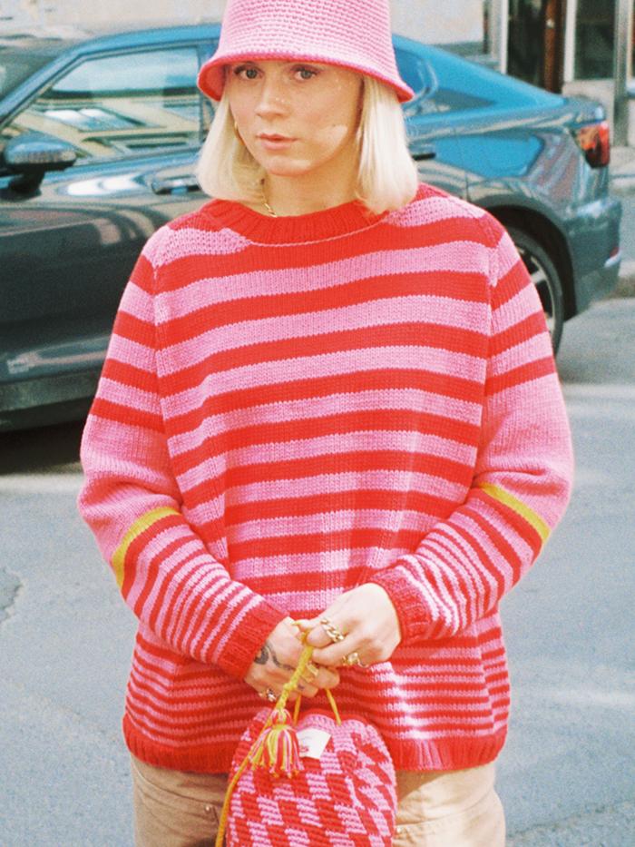 Strikkepakken Mette genser inneholder mønster og garn. Designet i bomullsgarnet Frisk.