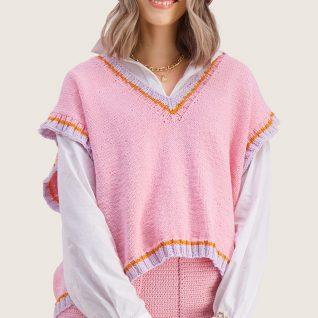 Strikkepakken inneholder mønster og garn til Stjerna vest fra Skappelstrikk og Ida Broen. Designet i bomullsgarnet Frisk. Her i fargen rosa. Modell i front