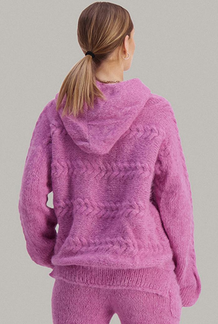 Strikkepakken inneholder mønster og garn fra Skappel strikk fra kolleksjonen So Extra til Bold genser i Suri Alpakka, her i fargen Rosa Rubin genser bildet bakfra.