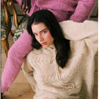Strikkepakken inneholder mønster og garn fra Skappel strikk fra kolleksjonen So Extra til Bold genser i Suri Alpakka