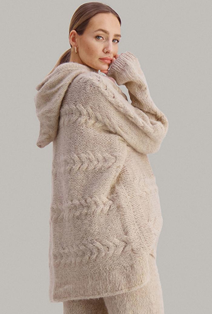Strikkepakken inneholder mønster og garn fra Skappel strikk fra kolleksjonen So Extra til Bold genser i Suri Alpakka. Studiobilde.