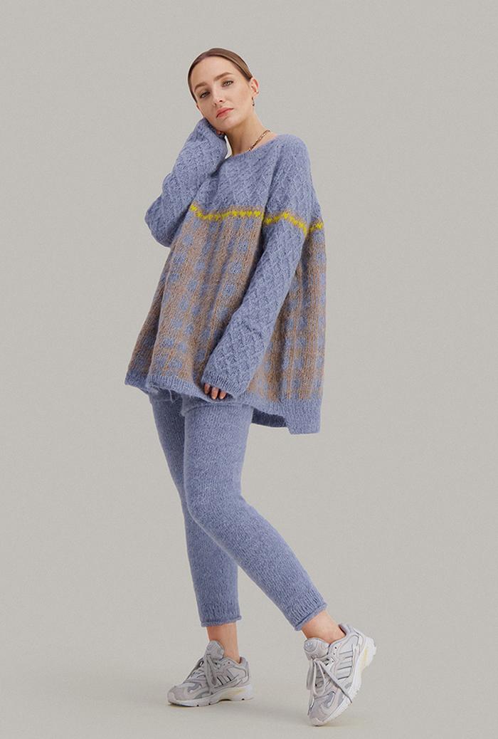 Strikkepakken inneholder mønster og garn fra Skappel strikk fra kolleksjonen So Extra til Cheeky genser i Suri Alpakka, her i fargen 119 Isblå, 118 mørk beigemelert, 121 Sitrongul.