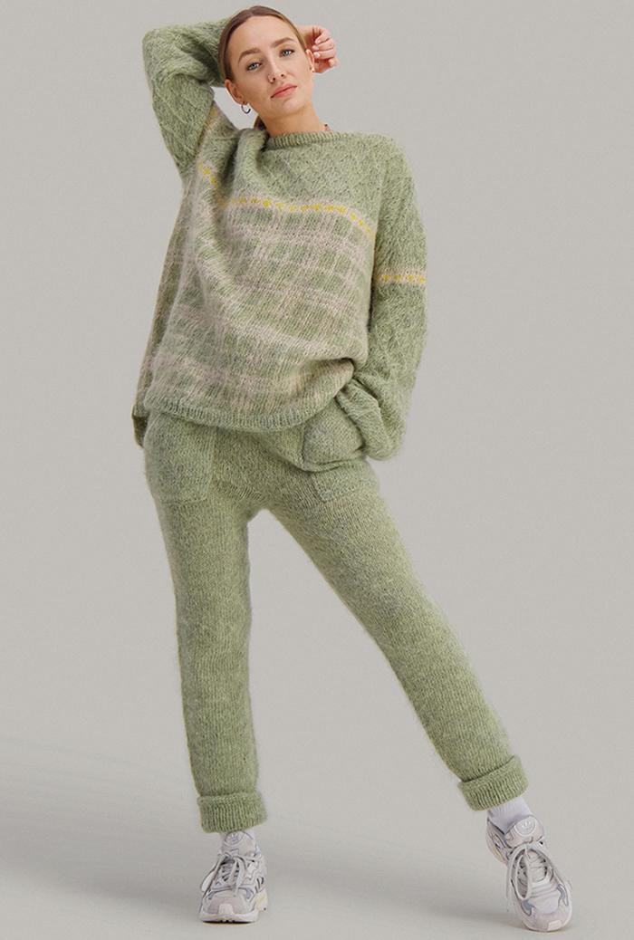 Strikkepakken inneholder mønster og garn fra Skappel strikk fra kolleksjonen So Extra til Cheeky genser i Suri Alpakka, her i fargen 112 pistasjegrønn, 111 sandmelert, 121 Sitrongul.