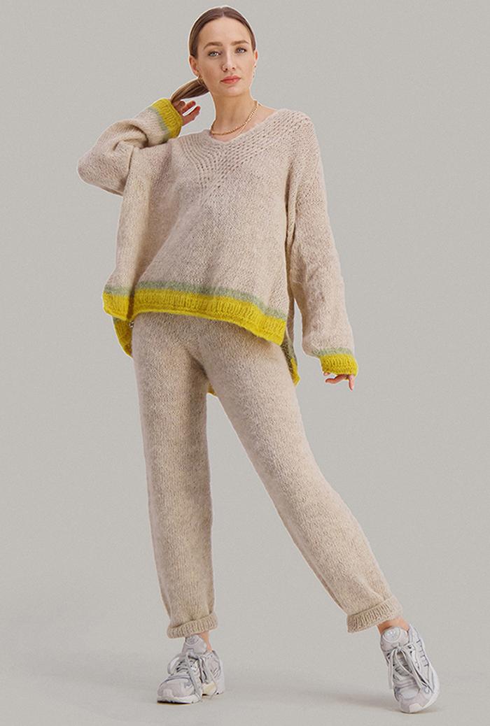 Strikkepakken inneholder mønster og garn fra Skappel strikk fra kolleksjonen So Extra til Comfy bukse i Suri Alpakka beigemelert