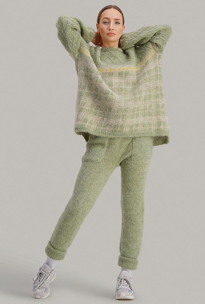 Strikkepakken inneholder mønster og garn fra Skappel strikk fra kolleksjonen So Extra til Comfy bukse i Suri Alpakka pistasjegrønn.