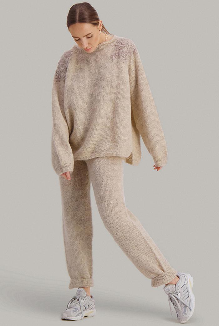 Strikkepakken inneholder mønster og garn fra Skappel strikk fra kolleksjonen So Extra til Puff genser i Suri Alpakka, her i fargen 111 sandmelert.