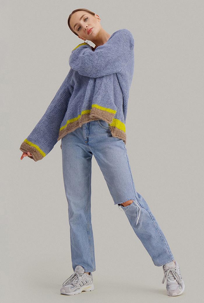 Strikkepakken inneholder mønster og garn fra Skappel strikk fra kolleksjonen So Extra til Cheeky genser i Suri Alpakka, her i fargen 119 isblå, 118 mørk beige, 121 Sitrongul.