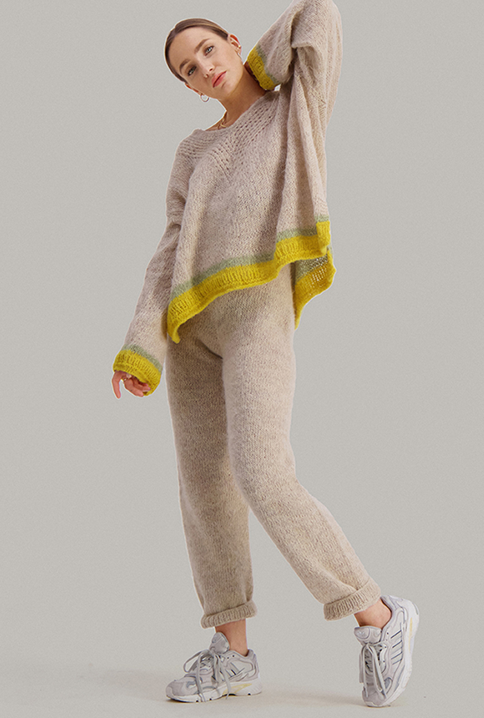 Strikkepakken inneholder mønster og garn fra Skappel strikk fra kolleksjonen So Extra til Cheeky genser i Suri Alpakka, her i fargen 111 sandmelert, 112 pistasjegrønn, 121 Sitrongul.