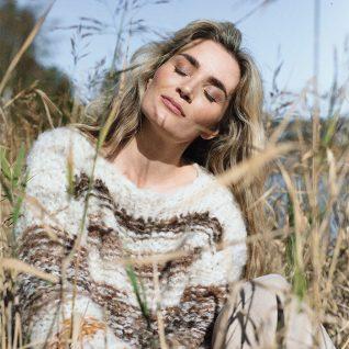 Strikkepakken fra Camilla Pihl inneholder oppskrift og garn til Sargent genser iFnugg garn.